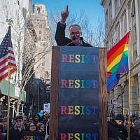 Illustration : Le sénateur américain Charles Schumer s'exprime lors d'un rassemblement devant le Stonewall Inn organisé en solidarité avec les immigrants, les demandeurs d'asile, les réfugiés et la communauté LGBTQ le 4 février 2017 à New York. (Crédit : AFP PHOTO / Bryan R. Smith)