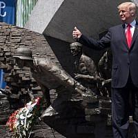 Le président américain Donald Trump lève le pouce devant le monument du soulèvement de Varsovie sur la place Krasinski durant le sommet de l'initiative des trois-mers à Varsovie, en Pologne, le 6 juillet 2017 (Crédit : AFP/Saul Loeb)
