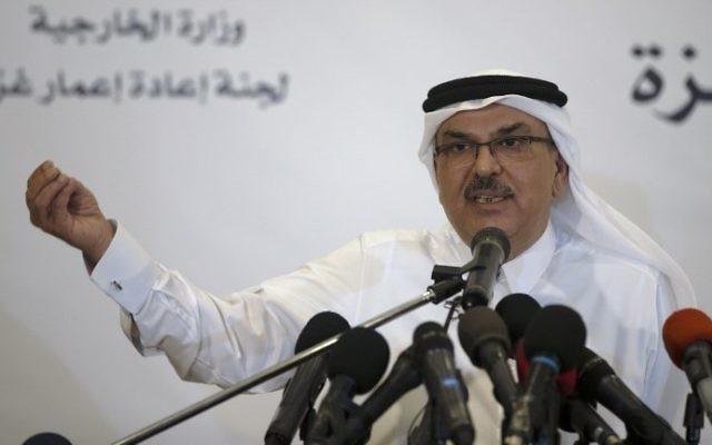 L'ambassadeur du Qatar à Gaza Mohammed al-Emadi s'exprime lors d'une conférence de presse avec le Coordinateur spécial des Nations unies pour le processus de paix au Moyen-Orient, dans la ville de Gaza, le 11 juillet 2017. (Crédit : AFP Photo/Mahmud Hams)