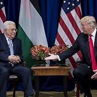 Le président de l'Autorité palestinienne Mahmoud Abbas, à gauche, et le président américain Donald Trump au Palace Hotel de New York, le 20 septembre 2017. (Crédit : Brendan Smialowski/AFP)