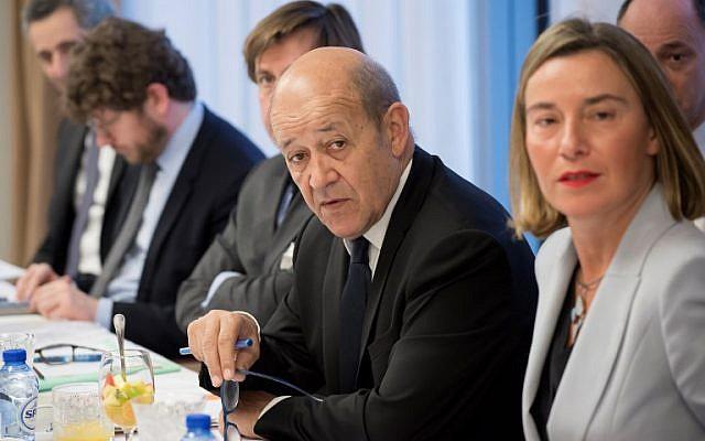 Le ministre français des Affaires étrangères Jean-Yves Le Drian lors de la rencontre entre le ministre iranien des Affaires étrangères et les représentants de l'Union européenne pour les affaires étrangères et les ministres des Affaires étrangères britannique, allemand et français au siège de l'UE à Bruxelles le 11 janvier 2018 (PHOTO AFP / JOHN THYS)