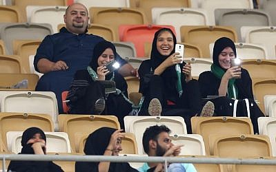 Les supporteuses saoudiennes d'Al-Ahli assistent au match de football de leur équipe contre Al-Batin à la Cité des Sports du Roi Abdullah à Jeddah, en Arabie saoudite, le 12 janvier 2018 (Crédit : AFP Photo / Stringer)