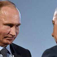 Le président russe Vladimir Poutine (G) et le Premier ministre Benjamin Netanyahou assistent à une manifestation marquant la Journée internationale de commémoration des victimes de l'Holocauste et l'anniversaire de la levée complète du siège nazi de Leningrad, au Musée juif et Centre de tolérance à Moscou le 29 janvier 2018. (AFP PHOTO / Vasily MAXIMOV)