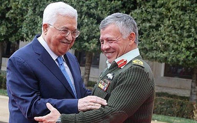 Le roi Abdullah II de Jordanie accueille le président de l'Autorité palestinienne Mahmoud Abbas au Palais royal d'Amman, le 29 janvier 2018 (Photo AFP / Khalil Mazraawi)