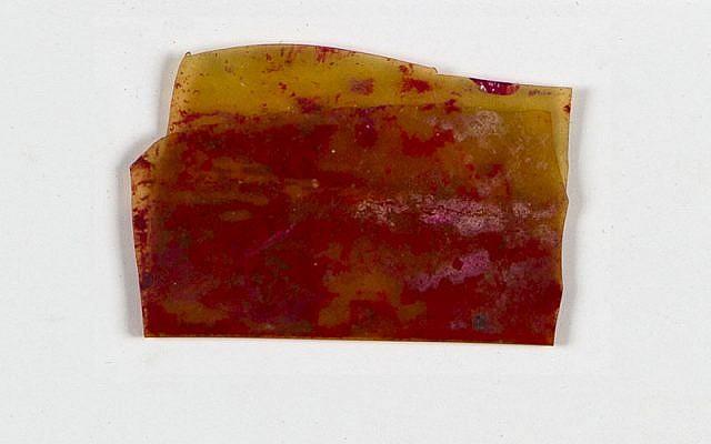 Le reste d'un morceau de pâte rouge conservé dans une pellicule de celluloïd qui a permis à Rosa Sperling et sa fille Marila de passer les sélections dans les camps. (Yad Vashem Artifacts Collection)