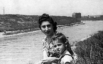 """""""Maman, on va mourir ensemble."""" chuchotait Michál, 7 ans, à sa mère, Genia. Les voici dans le ghetto de Sosnowiec, vers 1941. En 1944, la mère et sa fille furent déportées à Auschwitz et assassinées. (Yad Vashem)"""