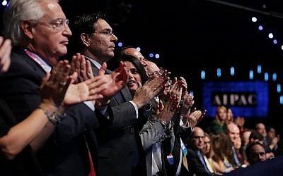 Les participants applaudissent le vice-président des États-Unis, Mike Pence, lors de son discours à la conférence annuelle du Comité américain des affaires publiques d'Israël, le 5 mars 2018. (Chip Somodevilla / Getty Images / AFP)