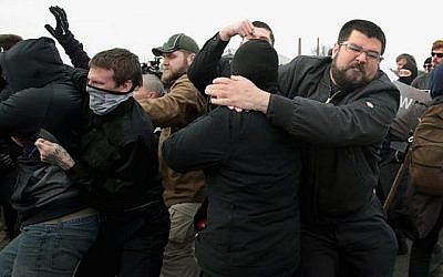 Le nationaliste blanc Matthew Heimbach se bat avec des manifestants à la Michigan State University alors que lui et d'autres militants de droite tentent d'assister à un discours du nationaliste blanc Richard Spencer le 5 mars 2018 à East Lansing, Michigan. (Scott Olson/Getty Images/AFP)