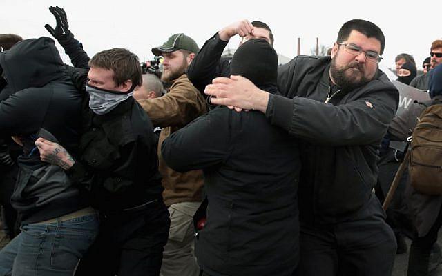 Le nationaliste blanc Matthew Heimbach se bat avec des manifestants à la Michigan State University alors que lui et d'autres militants de droite tentent d'assister à un discours du nationaliste blanc Richard Spencer le 5 mars 2018 à East Lansing, Michigan. (Scott Olson/Getty Images/AFP)