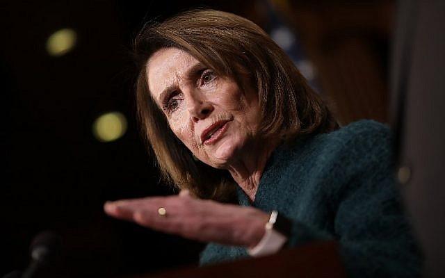 Nancy Pelosi, leader de la minorité parlementaire américaine, prend la parole lors d'une conférence de presse au Capitole le 22 mars 2018. (Win McNamee/Getty Images/AFP)