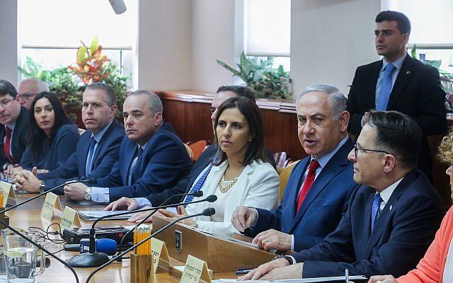 Le Premier ministre Benjamin Netanyahu dirige la réunion hebdomadaire de son gouvernement au bureau du Premier ministre à Jérusalem, le 11 mars 2018 (Marc Israel Sellem / Pool)