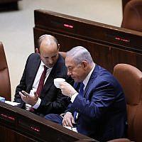 Le Premier ministre Benjamin Netanyahu s'entretient avec le ministre de l'Education Naftali Bennett à la Knesset, le 12 mars 2018 (Miriam Alster / Flash90)