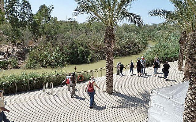 Le site baptismal de Qasr al Yahoud, pris du côté de la Cisjordanie, la Jordanie se trouvant sur l'autre rive du Jourdain, Selon la tradition chrétienne, Kasser al Yahoud est le lieu où Jean le Baptiste a baptisé Jésus (Crédit : CC BY-SA 3.0/deror_avi)