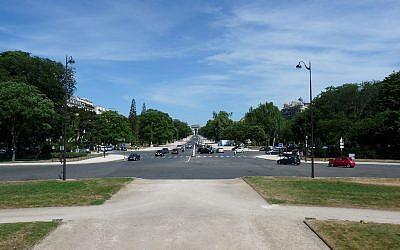 L'avenue Foch à Paris, vue depuis la place du Maréchal-de-Lattre-de-Tassigny en direction de l'arc de triomphe de la place de l'Étoile (Crédit : Wikipedia / CC BY-SA 3.0)
