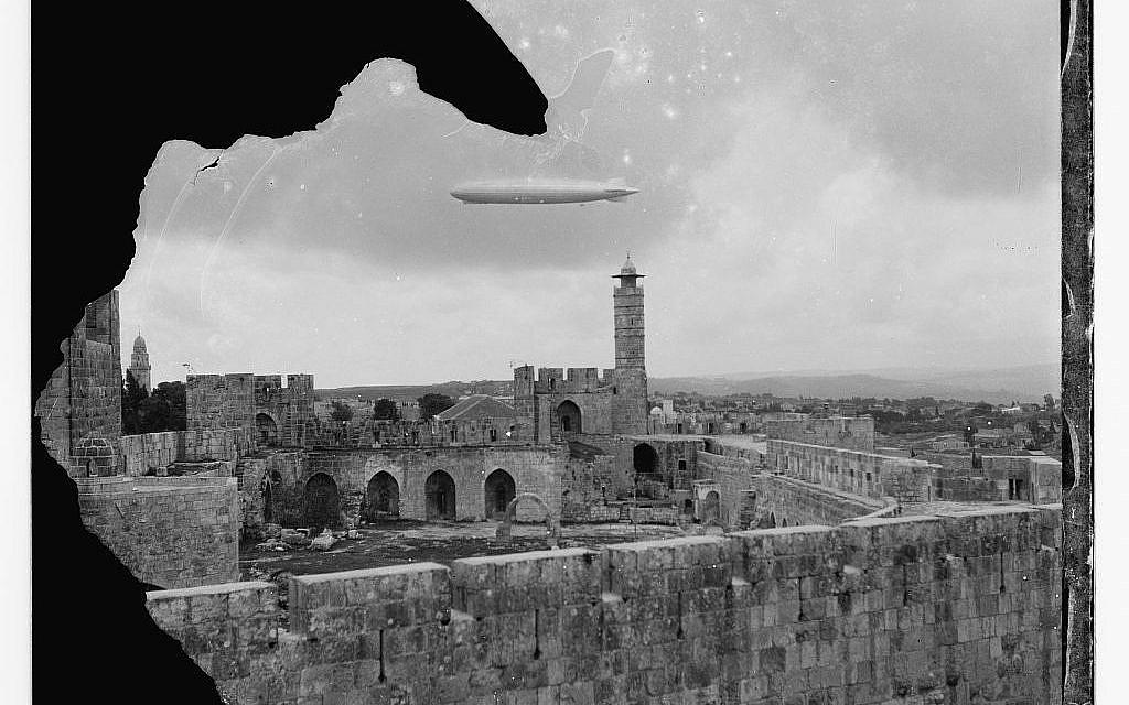 Le dirigeable Zeppelin survole Jérusalem en 1929. (Avec l'aimable autorisation de l'American Colony Photo-Dept. Collection de photographies G. Eric et Edith Matson, Division des estampes et des photographies, COL, Washington, DC)