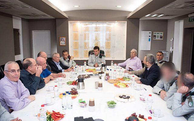 Le général de division Herzl Halevi, chef du renseignement militaire israélien, au centre, s'entretient avec plusieurs anciens hauts responsables de Tsahal lors d'une conférence le 20 mars 2018. (Tsahal)