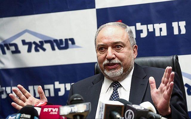 Le ministre de la Défense Avigdor Liberman dirige une réunion de son parti Yisrael Beytenu à la Knesset, le 12 mars 2018 (Miriam Alster / Flash90)