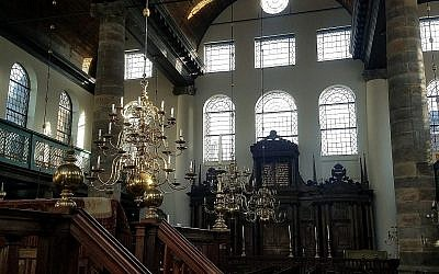 Intérieur de la synagogue portugaise d'Amsterdam, Pays-Bas, consacrée en 1675. Le temple, toujours sans électricité, est éclairé par 1 000 bougies pour des occasions spéciales. Janvier 2018 (Matt Lebovic/The Times of Israel).