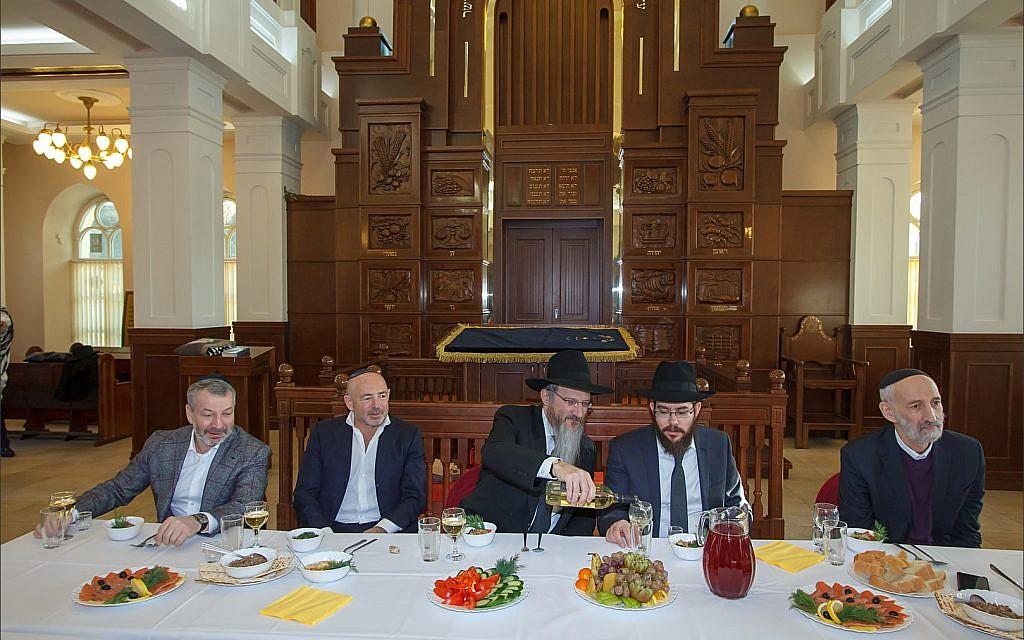 Des dirigeants de la communauté juive de Tomsk entourent le grand rabbin de Russie Berel Lazar lors d'un déjeuner à la synagogue principale de Tomsk avant la restitution de la synagogue cantoniste, le 1er février 2018. (Courtesy Chabad de Tomsk)