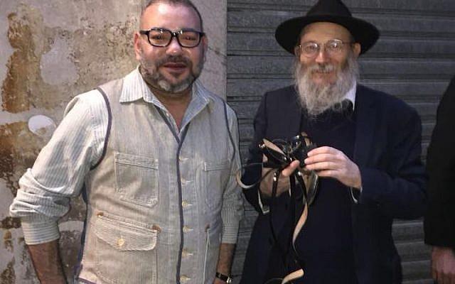 Le roi Mohammed VI et le rabbin Israël Goldberg lors de leur rencontre, le 25 mars 2018, rue des Rosiers, à Paris (Crédit : Facebook / Israël Goldberg)