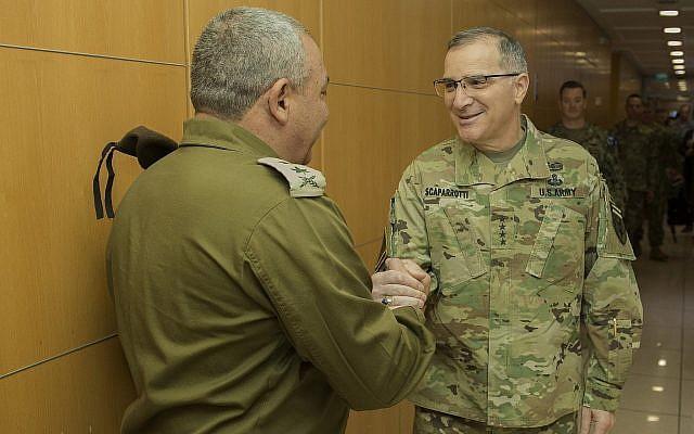 Le chef d'Etatm-ajor Gadi Eizenkot, à gauche, serre la main au commandement du commandement américain européen Curtis Scaparrotti au siège de l'armée israélienne, à Tel Aviv, durant l'exercice de défense antimissile commun Juniper Cobra, le 11 mars 2018 (Crédit : Armée israélienne)