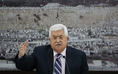 Mahmoud Abbas, dirigeant de l'Autorité palestinienne, devant une photo de la mosquée du Dôme du Rocher, dans la Vieille Ville de Jérusalem, lors d'une réunion des dirigeants palestiniens à Ramallah, en Cisjordanie, le 19 mars 2018 (FLASH90)