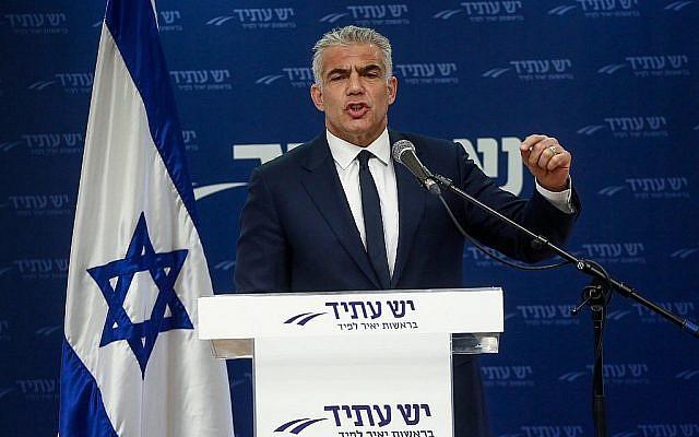 Yair Lapid, leader du parti Yesh Atid, dirige une réunion de son parti à la Knesset, le 12 mars 2018 (Miriam Alster / Flash90)