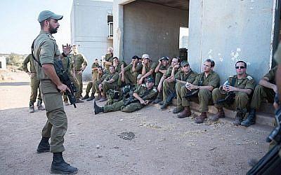 Des officiers israéliens écoutent un commandant lors d'un exercice dans le nord d'Israël le 12 septembre 2017. (Forces de défense israéliennes/Flickr)