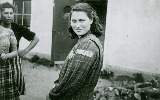 Genia Dvorkin, portant son costume de prisonnière des camps de travail en Estonie et en Allemagne. (Yad Vashem Artifacts Collection)