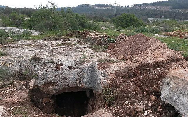 Destruction dans un village gallo-romain vieux de 2 000 ans et ouverture de la grotte funéraire exposée par une pelle rétrocaveuse. (Nir Distelfeld, Autorité des Antiquités d'Israël)