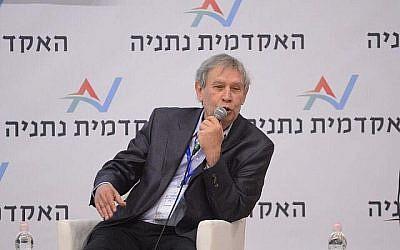 L'ancien chef du Mossad Tamir Pardo parle à une conférence en mémoire de son prédécesseur à la tête de l'agence d'espionnage, Meir Dagan, le 21 mars 2018. (Tamir Bergig)