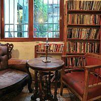 Un coin de lecture à Tmol Shilshom est dédié au défunt poète Yehuda Amichai. Son fauteuil préféré est toujours là. (Autorisation)