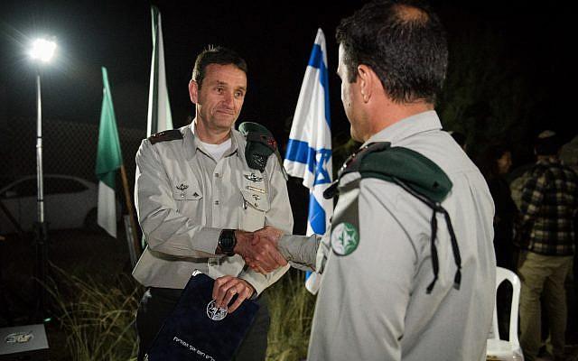 Le chef des renseignements militaires, le général de division Herzl Halevi, remet une récompense à l'Unité 504 avec salutation officielle de son travail au mois de mars 2018. Pour des raisons de sécurité, l'identité du commandant est classifiée. (Armée israélienne)