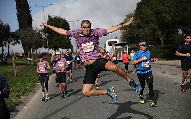 Les coureurs participent au marathon international de Jérusalem le 9 mars 2018 (Crédit : Flash90 via la municipalité de Jérusalem)