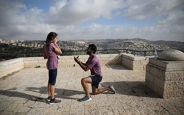Un coureur fait une demande en mariage en marge du marathon international de Jérusalem le 9 mars 2018 (Crédit : Flash90 via la municipalité de Jérusalem)
