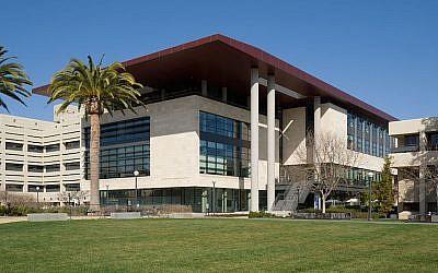 Une vue du centre de l'apprentissage et du savoir Li Ka Shing  de l'école de médecine de l'université de Stanford (Crédit : Wikimedia Commons via JTA)