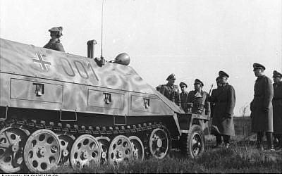 La 12e Panzerdivision SS Hitlerjugend passée en revue par le maréchal von Rundstedt en janvier-février 1944 (Crédit : CC BY-SA 3.0)