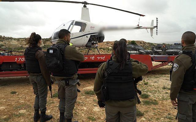 La police des frontières confisque un hélicoptère près du passage de Qalandiya qui a été utilisé par un résident israélien d'une implantation, le 27 mars 2018 (Crédit : Police des frontières)