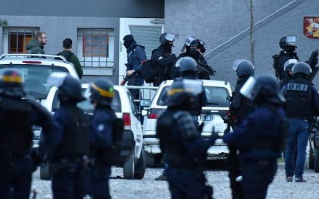 Des gendarmes français bloquent l'accès à Trebes, où un homme a pris des otages dans un supermarché, le 23 mars 2018 à Trebes, dans le sud-ouest de la France (Crédit : AFP / PASCAL PAVANI)