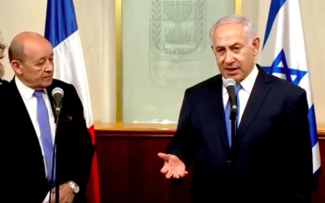 Jean-Yves Le Drian à gauche et Benjamin Netanyahu à droite, le 26 mars 2018 (Crédit : capture d'écran YouTube)