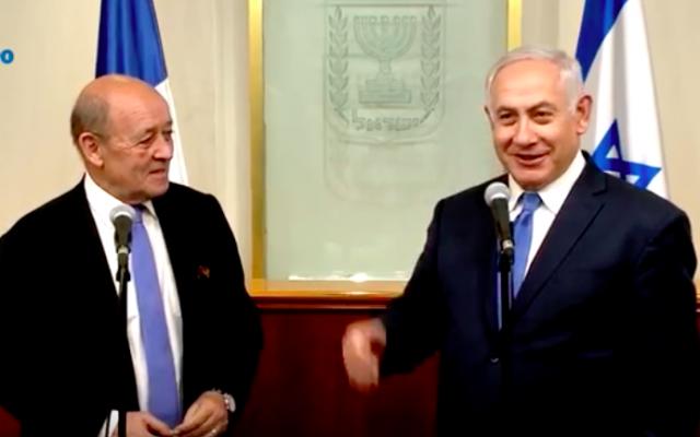 Jean-Yves Le Drian à gauche et Benjamin Netanyahu à droite, le 26 mars 2018. (Crédit : capture d'écran YouTube)