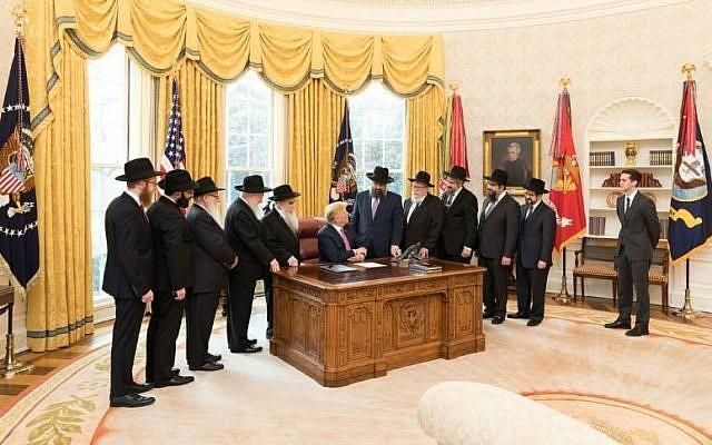 Une délégation de rabbins du mouvement Loubavitch-Habad rend visite au président Donald Trump dans le bureau ovale le 27 mars 2018. (Maison Blanche)