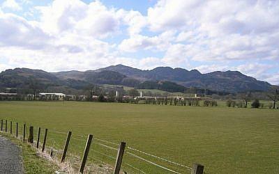 Le camp de Cultybraggan vu au bout de la route. (CC / SA / 2.0 / Andrew Scobie)