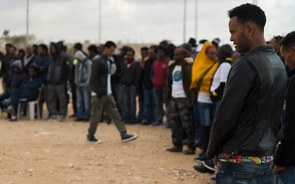 Des demandeurs d'asile érythréens à l'extérieur du centre de détention de Holot dans le sud d'Israël, 29 janvier 2018 (Crédit : Luke Tress / Times of Israel)