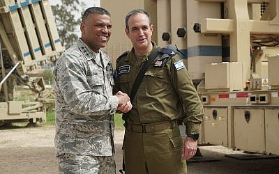 Le brigadier-général Tzvika Haimovitch, à droite, commandant de la défense aérienne israélienne, serre la main du lieutenant-général Richard Clark, chef de la délégation américaine, lors de l'exercice de défense aérienne du Juniper Cobra 2018, en mars 2018 (Forces de défense israéliennes)