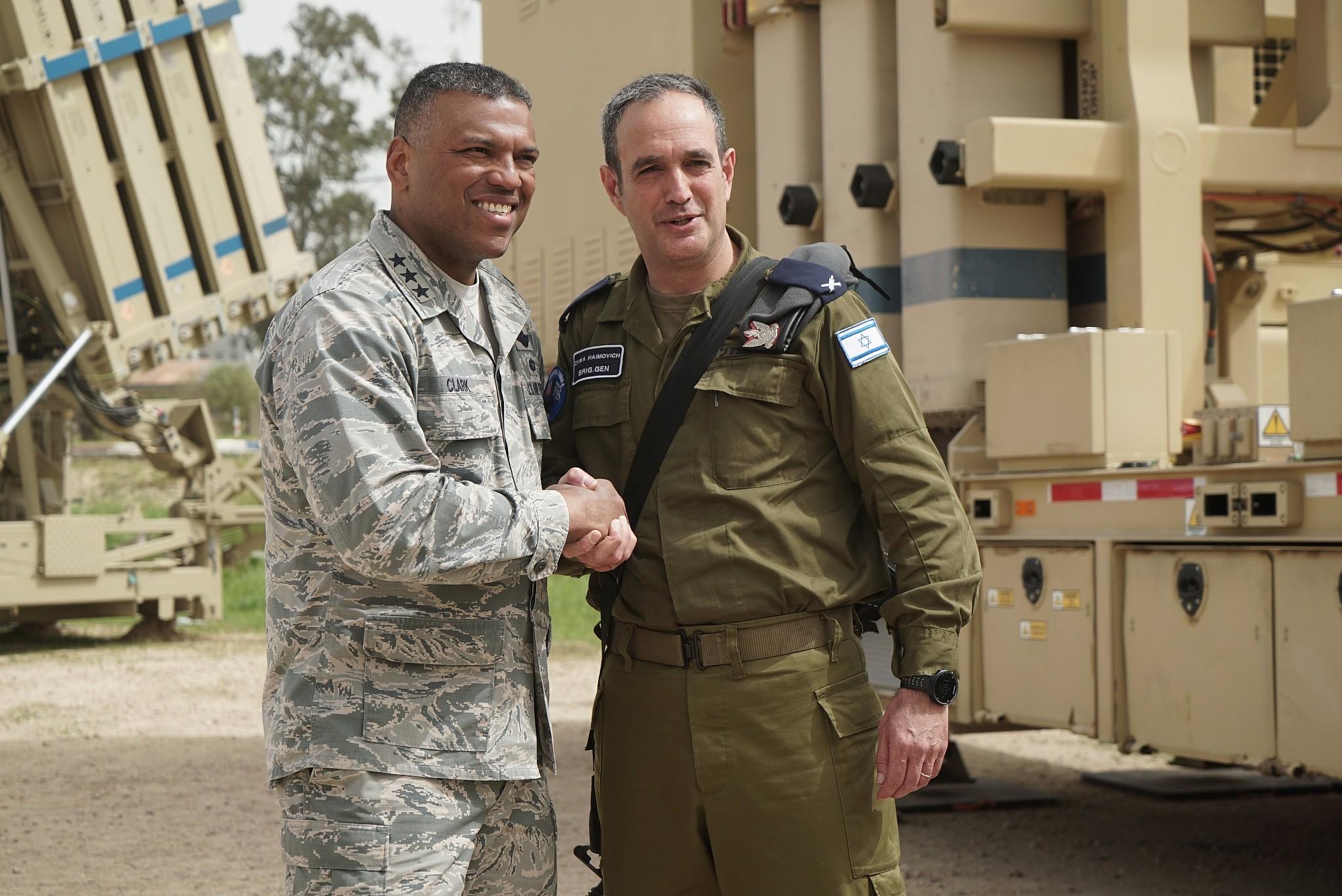 6cdb5cec Le général Tzvika Haimovitch, à droite, serre la main du lieutenant-général  Richard Clark, chef de la délégation américaine à l'exercice de défense  aérienne ...