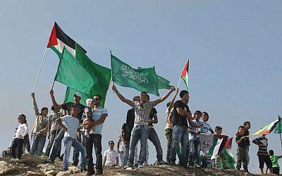 Des Palestiniens agitent les drapeaux du Hamas alors qu'ils célèbrent l'accord d'échange de prisonniers conclu entre Israël et le Hamas à Jérusalem-Est. 18 octobre 2011 (Kobi Gideon / Flash90).