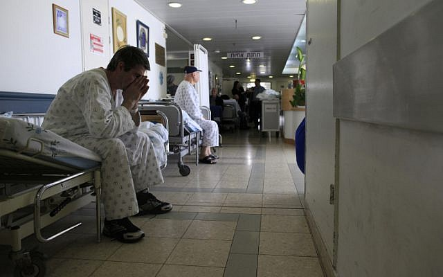 Un patient israélien attend dans le couloir du Barzilai Medical Center à Ashkelon, dans le sud d'Israël, le 15 février 2012. (Tsafrir Abayov/Flash90)