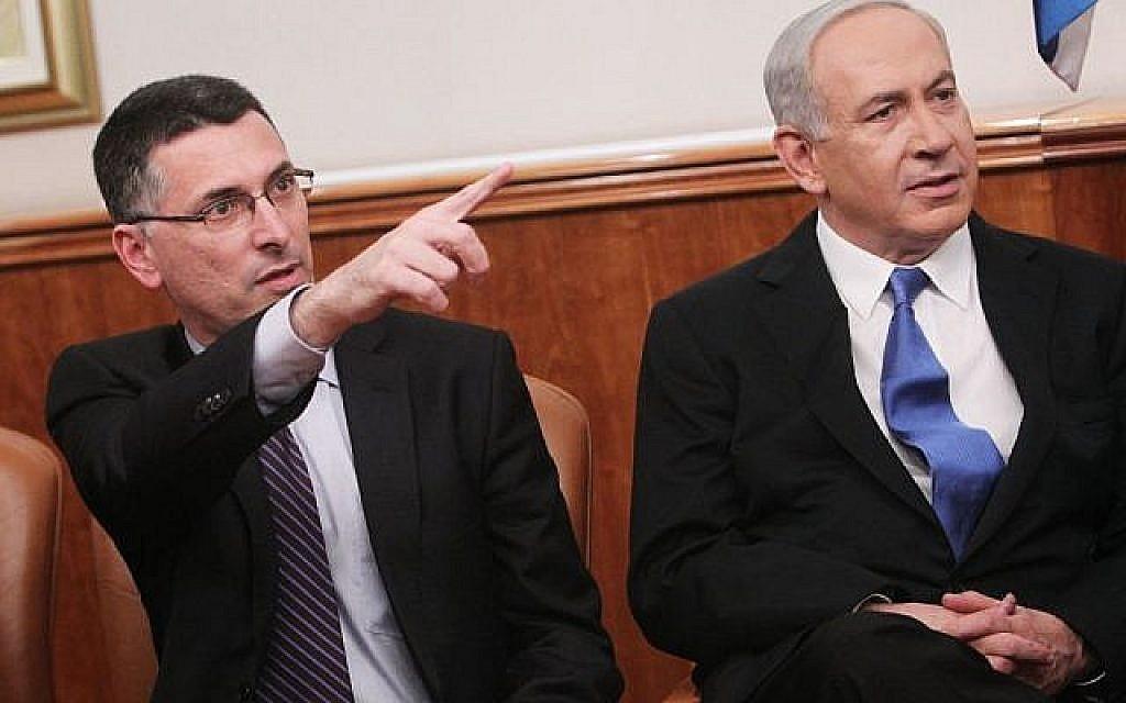 Le ministre de l'Éducation Gideon Saar et le Premier ministre Benjamin Netanyahu, en décembre 2012. (Miriam Alster/ Flash90)