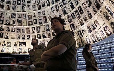 """Des soldats israéliens contemplent le """"Hall of Names"""" lors d'une visite à Yad Vashem quelques jours avant le jour du souvenir de l'Holocauste (Miriam Alster/Flash 90)."""
